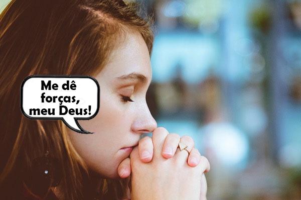 mulher fazendo oração para ter forças